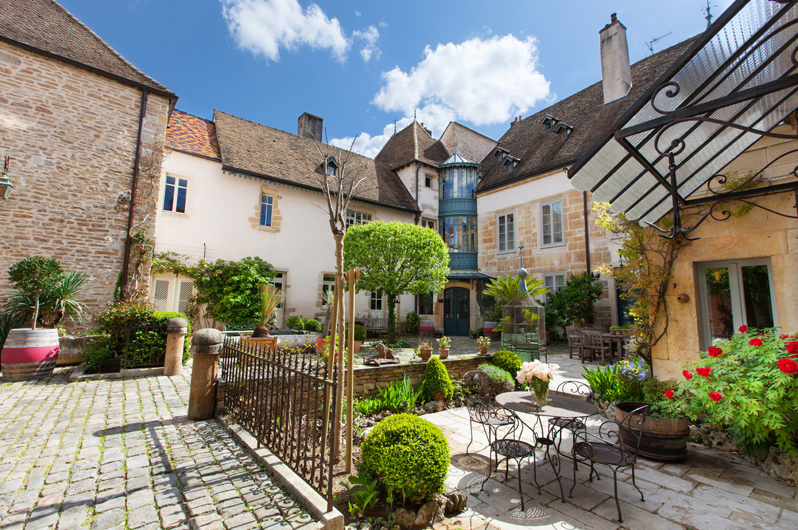 Le patio en pierres de bourgogne